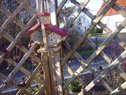 Insektenhotel rechts am Gitter