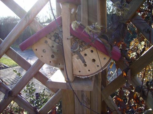 Insektenhotel links am Gitter