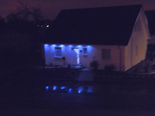 Die Licht-Reflektion in der Wasserpfütze